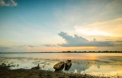 Pêcheur de coucher du soleil et de bateau Images stock