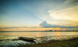Pêcheur de coucher du soleil et de bateau Images libres de droits