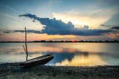 Pêcheur de coucher du soleil et de bateau Photo libre de droits