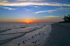 Pêcheur de coucher du soleil (grand-angulaire) Image libre de droits