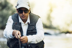 Pêcheur de mouche à l'aide de la tige flyfishing Images libres de droits