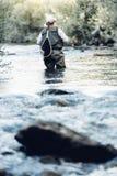 Pêcheur de mouche à l'aide de la tige flyfishing Photo stock