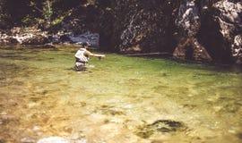 Pêcheur de mouche flyfishing en rivière Photos stock