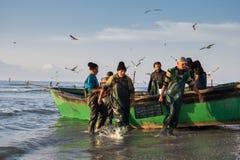 Pêcheur de temps de pêche? dans le lac, près de au coucher du soleil Image libre de droits