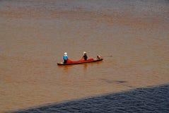 Pêcheur deux sur une rivière Photos stock