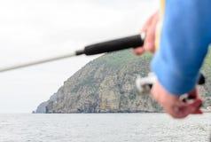 Pêcheur employant une bobine de tige et de fileur Photo libre de droits