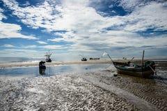 Pêcheur et bateau en ciel bleu Photographie stock