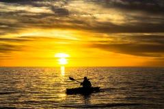 Pêcheur et coucher du soleil Photos stock