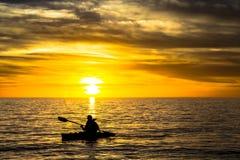 Pêcheur et coucher du soleil Photo stock