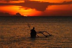 Pêcheur et coucher du soleil Photos libres de droits