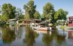 Pêcheur et le vieux bateau de rabac Vieille station de bateau photographie stock libre de droits