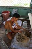 Pêcheur faisant l'amorce pour pêcher des poissons Photographie stock libre de droits