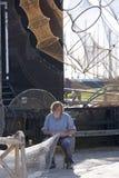 Pêcheur fixant ses filets Photo stock