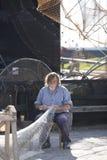 Pêcheur fixant ses filets Image libre de droits