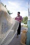 Pêcheur fixant ses filets Images libres de droits
