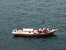 Pêcheur indonésien pêchant en mer de la ville de Balikpapan sur l'île du Bornéo Images stock