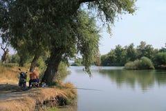 Pêcheur Jour ensoleillé près du fleuve Photos stock