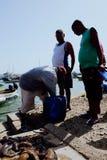 pêcheur local apportant leur crochet pendant le matin dans le port à côté du voir image stock