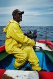 pêcheur local sortant à la mer pour pêcher pour le thon ou le wahoo jaune d'aileron dans un canot coloré traditionnel photos libres de droits