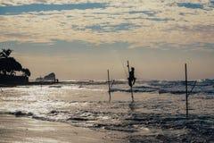 Pêcheur local sur le bâton sur une plage de l'Océan Indien, Sri Lanka Image libre de droits