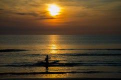 Pêcheur moulant un filet à l'aube Images libres de droits