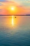 pêcheur par des poissons de bateau sur le lac photo libre de droits