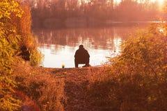 Pêcheur près d'une rivière images libres de droits