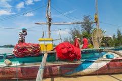 Pêcheur préparant le filet de pêche sur un bateau Photos libres de droits