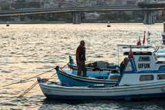 Pêcheur restant sur la proue photo libre de droits