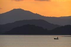 Pêcheur seul dans le Golfe de Nicoya après coucher du soleil. Images stock