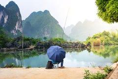 Pêcheur seul dans un lac scénique de province de Guangxi, Chine photos stock