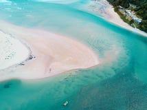Pêcheur solitaire dans des écoulements de marée aériens Image libre de droits