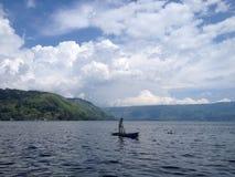Pêcheur solitaire dans Donau Toba Photographie stock