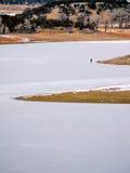 Pêcheur solitaire de glace dans le Colorado Image stock