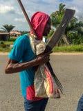 Pêcheur sortant d'un estuaire de l'Océan Atlantique dans Lekki Lagos Nigéria Photos stock