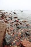 Pêcheur Stones en automne d'eau de mer Image stock