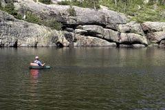 Pêcheur sur des moulins de lac Images stock