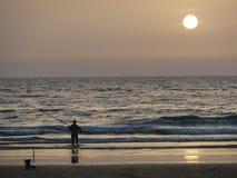 Pêcheur sur la plage images stock