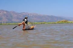Pêcheur sur le bateau au lever de soleil, lac Inle Photo stock