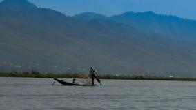 Pêcheur sur le bateau au lever de soleil, lac Myanmar Inle Photos libres de droits