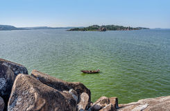 Pêcheur sur le bateau sur le lac Victoria près de Mwanza, Tanzanie photos stock