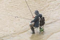 Pêcheur sur le fleuve photo libre de droits