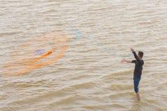 Pêcheur sur le fleuve image libre de droits