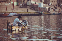 Pêcheur sur le Ganga, Inde de Varanasi Photos libres de droits