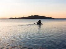 Pêcheur sur le lac au crépuscule Photo libre de droits