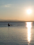 Pêcheur sur le lac au crépuscule Images stock