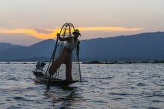 Pêcheur sur le lac Inle dans Myanmar Période de coucher du soleil Photographie stock libre de droits