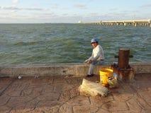 Pêcheur sur le pilier Image libre de droits