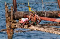 Pêcheur sur les filets de pêche chinois Photos libres de droits