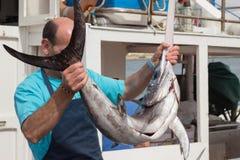 Pêcheur tenant des espadons Image libre de droits